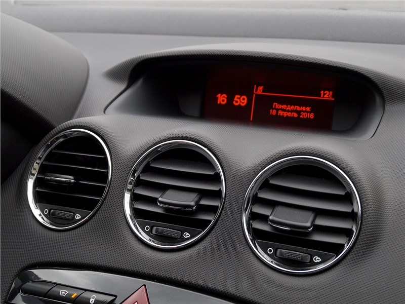 Peugeot 408 2012 центральный дисплей