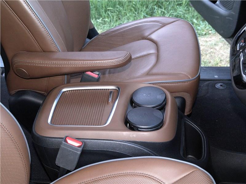 Chrysler Pacifica 2017 бокс между креслами