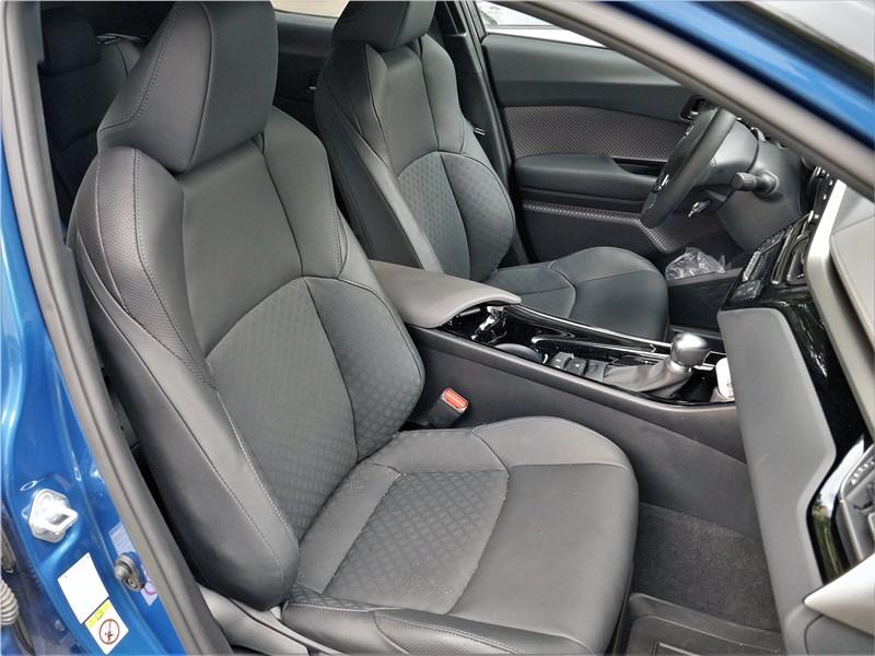 Toyota C-HR 2020 передние кресла