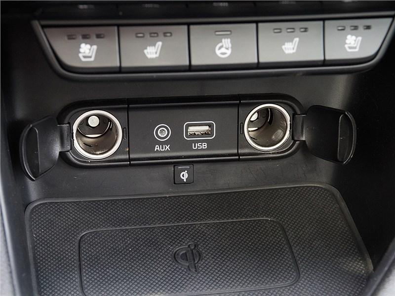 Kia Sportage 2016 две розетки на 12 В и входы аудиосистемы