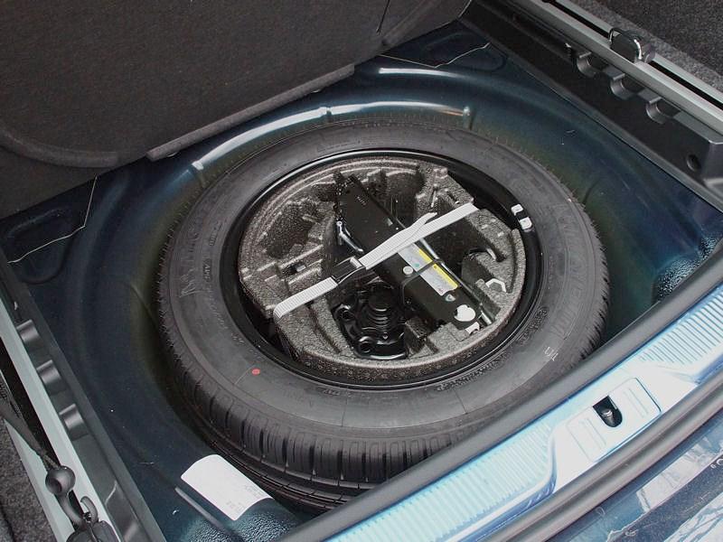 Skoda Superb Combi 2013 запасное колесо