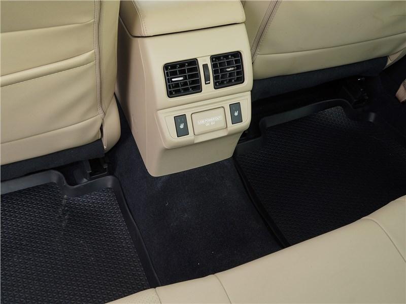Subaru Legacy 2018 второй ряд