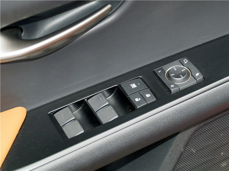 Lexus UX 200 2019 кнопки на двери