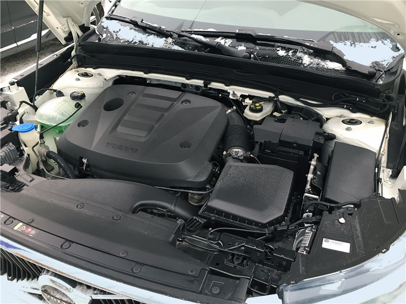 Volvo XC40 (2018) моторный отсек