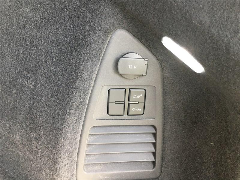 Volkswagen Touareg R-Line (2021) кнопки погрузочного положения в багажнике