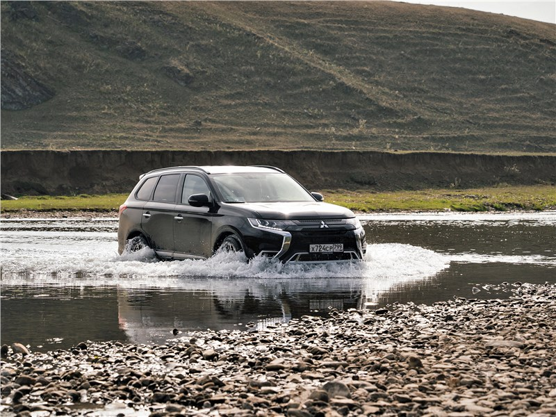 Mitsubishi Outlander (2021) вид спереди