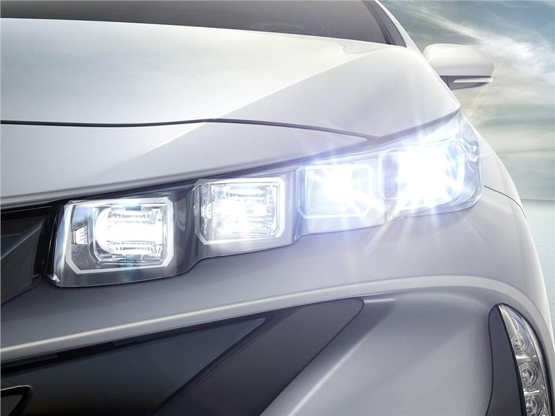 Toyota Prius Prime 2017 передние фары
