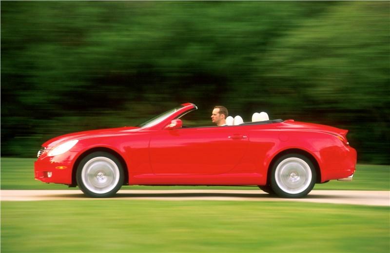 Lexus SC 2001 вид слева с открытой крышей в динамике