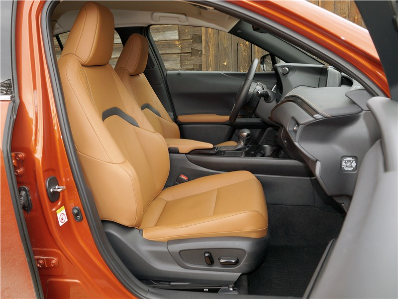 Lexus UX 200 2019 передние кресла
