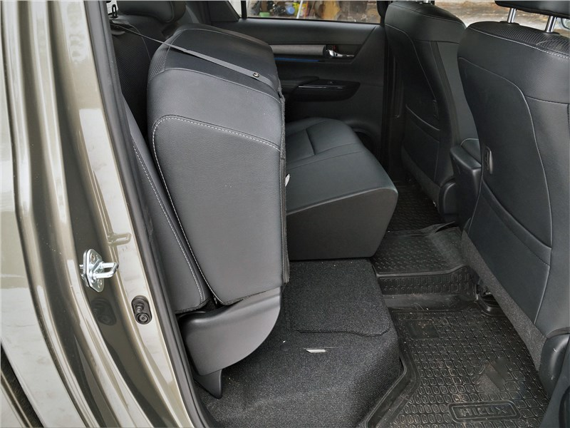 Toyota Hilux (2021) задний диван