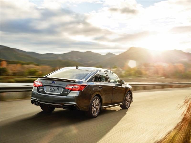 Subaru Legacy 2018 вид сзади