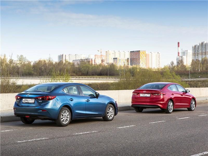 Mazda 3 2017 и Hyundai Elantra 2017 вид сзади