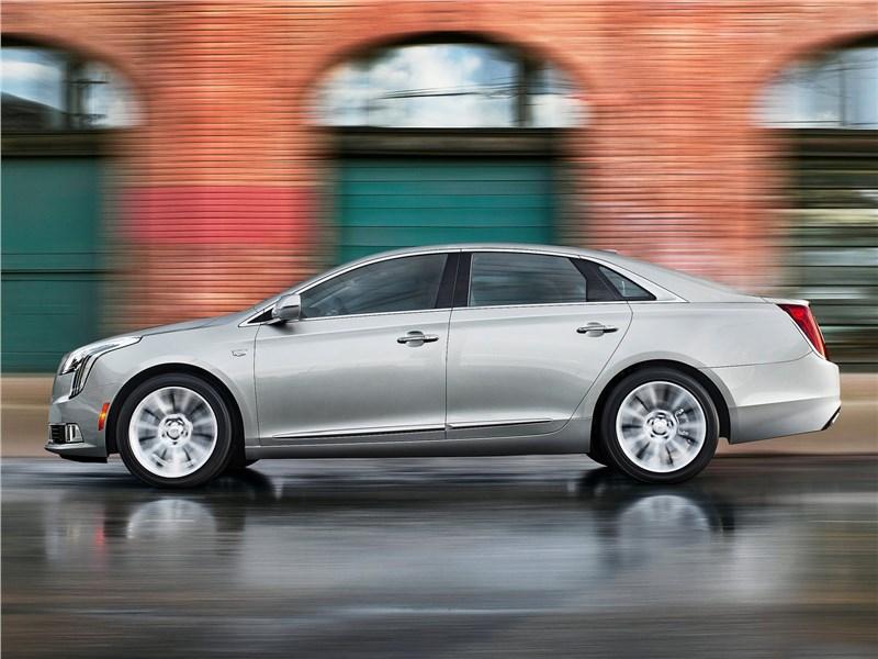 Cadillac XTS 2018 вид сбоку