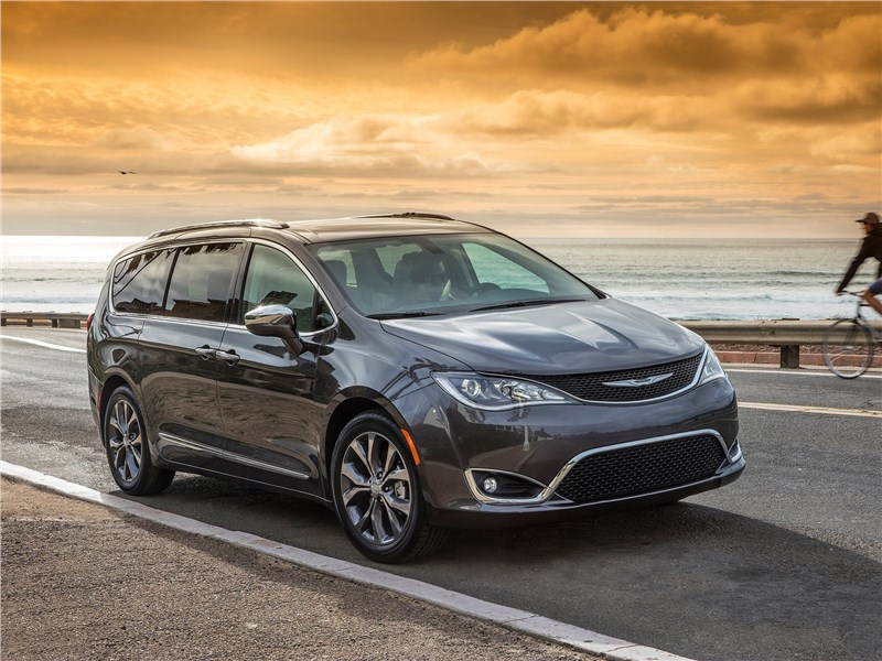 Chrysler Pacifica 2017 вид спереди
