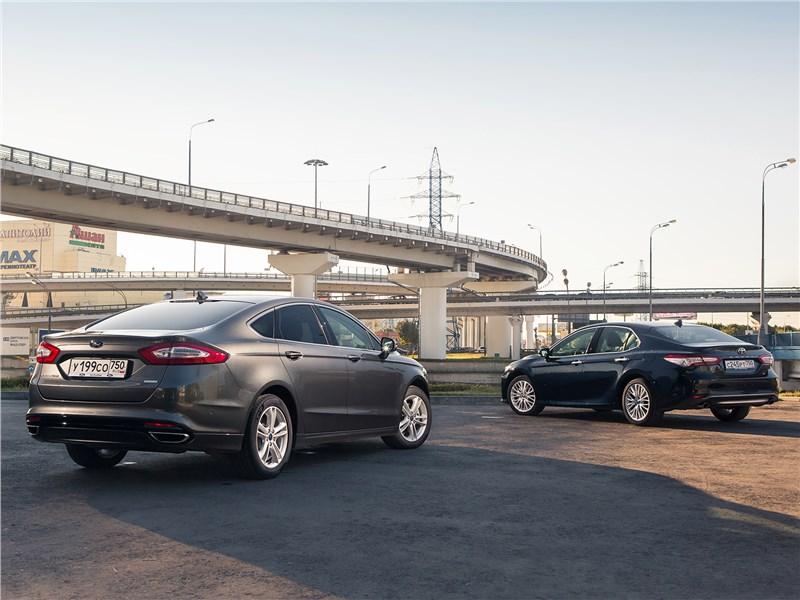 Сравнительный тест Ford Mondeo 2015 и Toyota Camry 2018 вид сзади