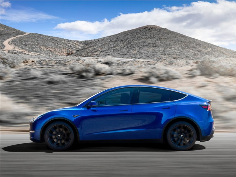 Tesla Model Y 2021 вид сбоку