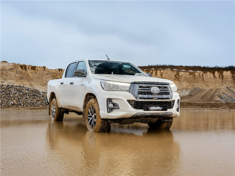Toyota Hilux Special Edition 2019 вид спереди