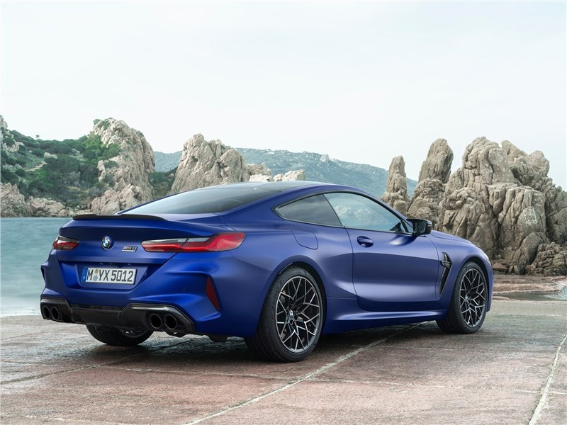 BMW M8 Competition Coupe 2020 вид сзади