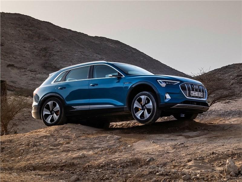 Audi e-tron 2020 вид спереди сбоку