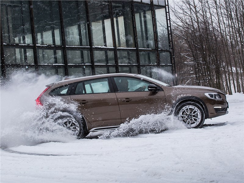 Volvo V60 Cross Country 2015 вид сбоку