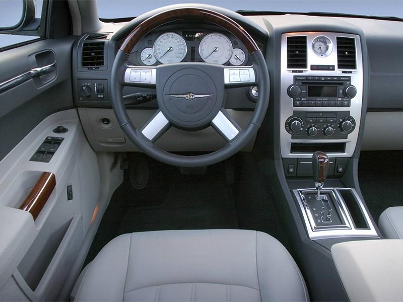 Chrysler 300C 2005 водительское место