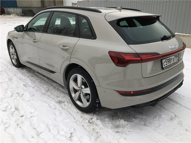 Audi e-tron (2020) вид сзади