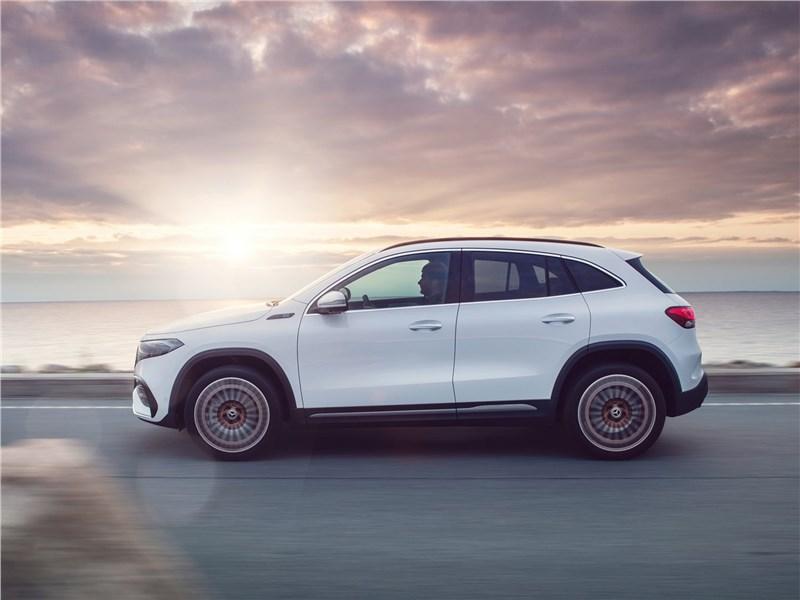 Mercedes-Benz EQA (2022) вид сбоку