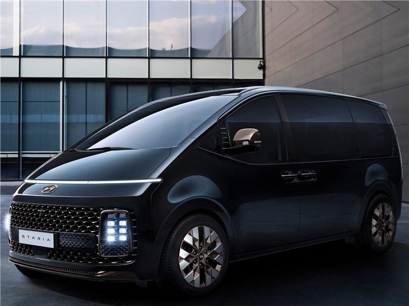 Hyundai Staria (2022) вид спереди сбоку