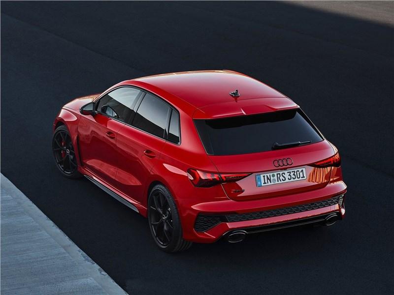 Audi RS3 (2022) вид сзади сверху