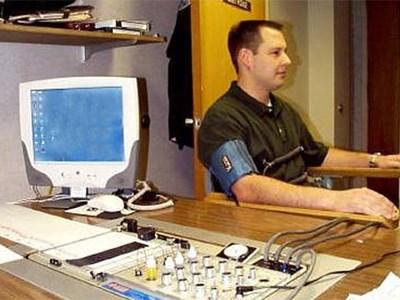 Инспекторов парковок и контроллеров проверят на детекторах лжи