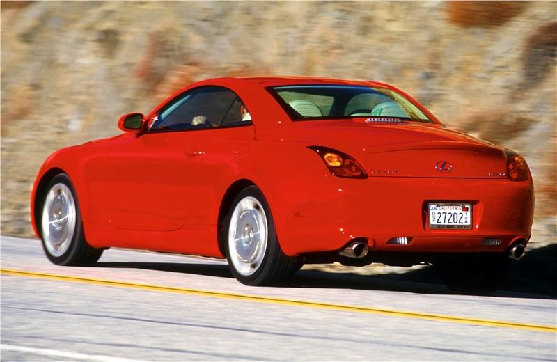 Lexus SC 2001 вид слева сзади с закрытой крышей в динамике