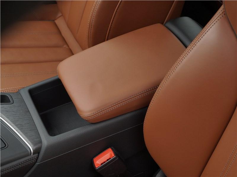 Audi A4 allroad quattro 2016 подлокотник
