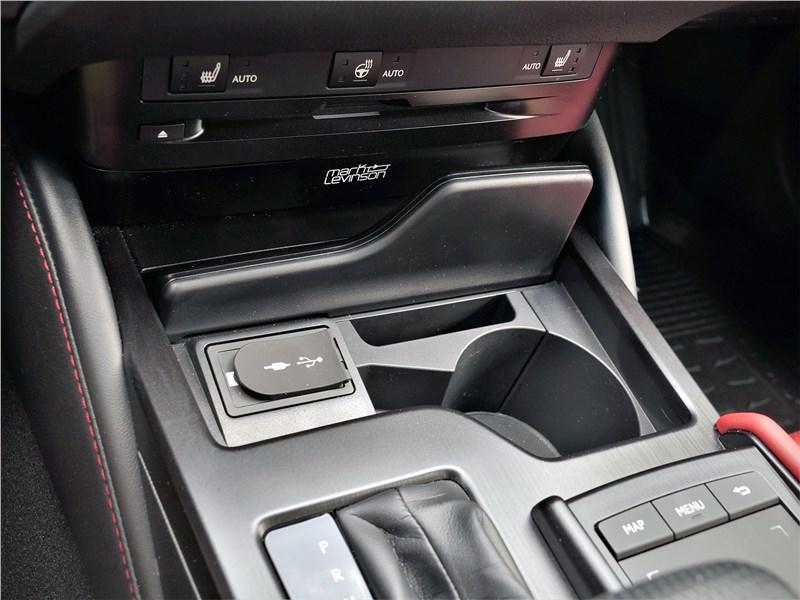 Lexus ES (2019) центральный туннель