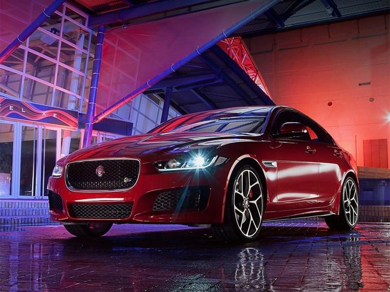 Jaguar XE 2015 вид спереди