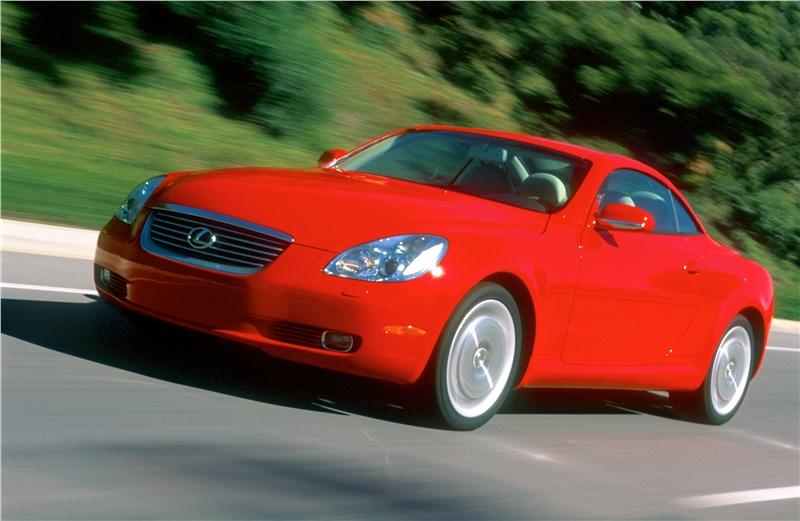 Lexus SC 2001 вид слева спереди с закрытой крышей в динамике