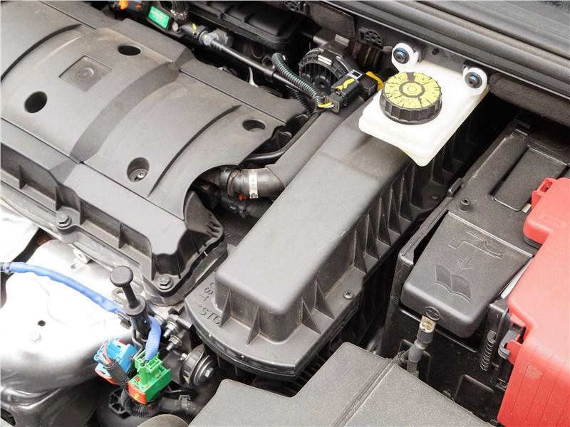 Peugeot 408 2017 моторный отсек