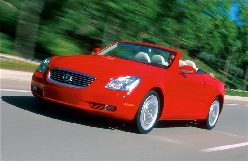 Lexus SC 2001 вид слева спереди с открытой крышей в динамике