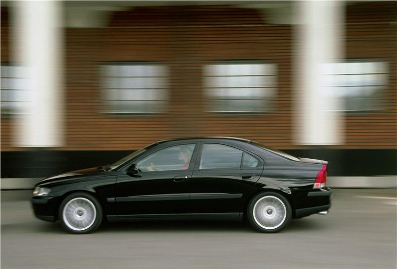 Volvo S60 2001 вид слева в динамике