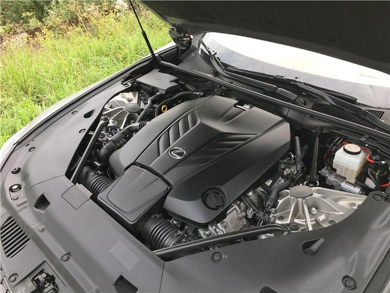 Lexus LC 500 (2021) моторный отсек