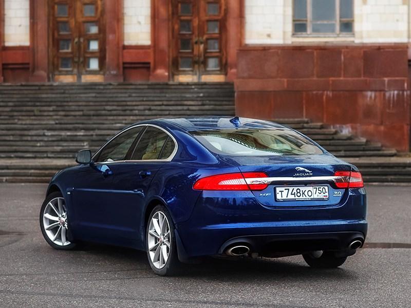Jaguar XF 2011 вид сзади