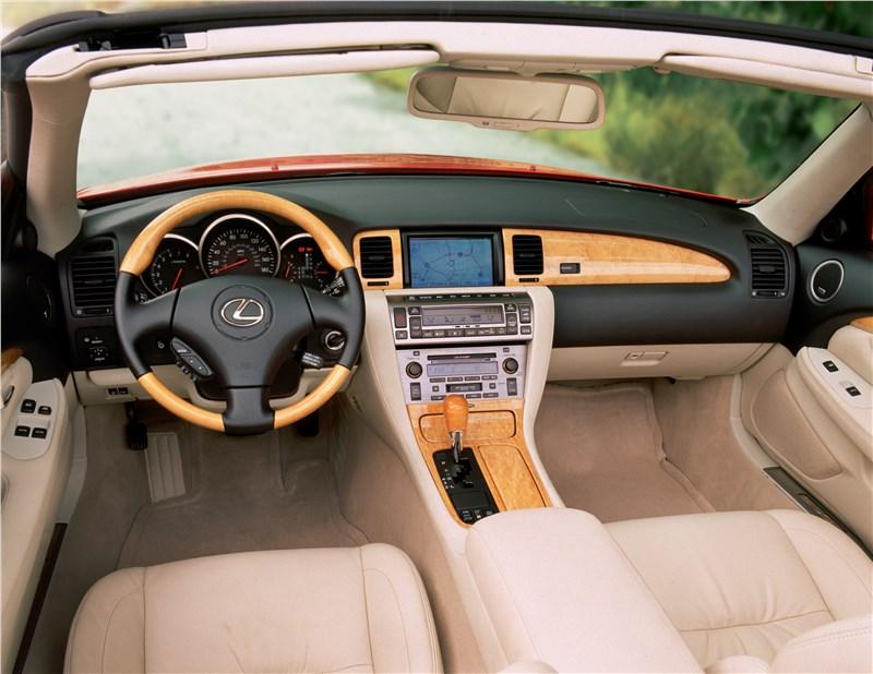Lexus SC 2001 салон отделан с деликатной роскошью
