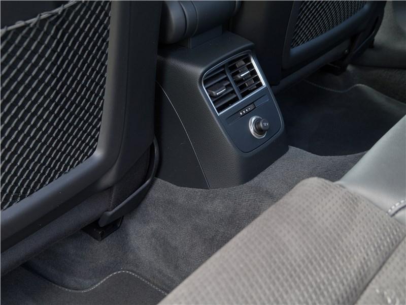Audi A3 Sedan 2017 климат для второго ряда