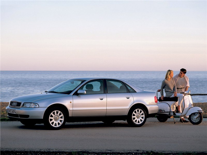 Audi A4 1998 вид сбоку