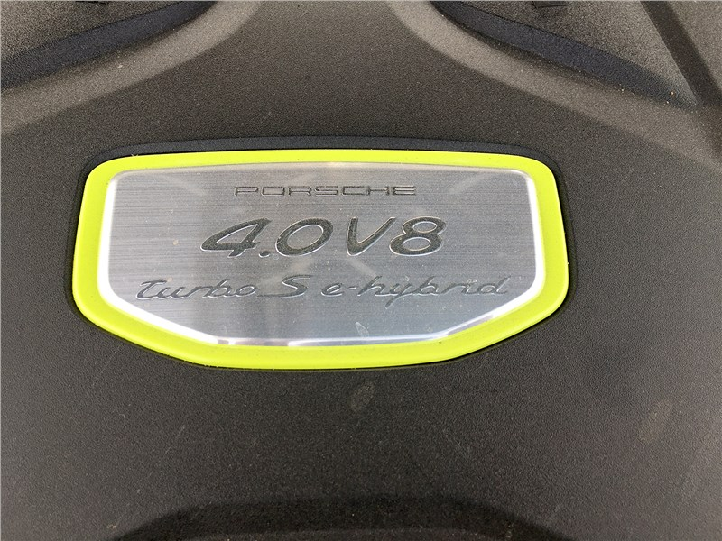 Porsche Cayenne Turbo S E-Hybrid Coupe 2020 моторный отсек