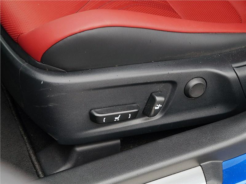 Lexus GS F 2016 передние кресла