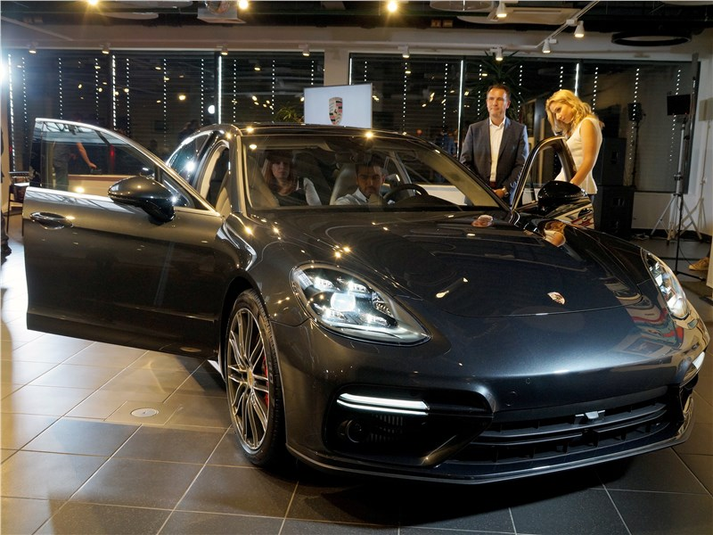 Porsche Panamera 2017 вид спереди