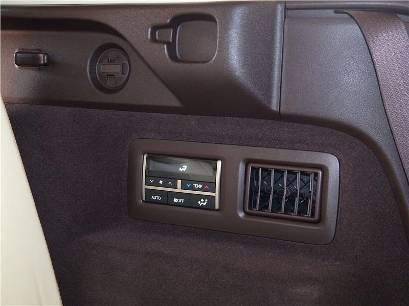 Lexus RX 350L 2018 климат для третьего ряда