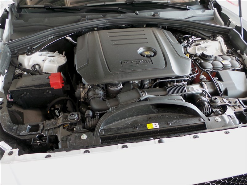 Jaguar F-Pace 2016 моторный отсек