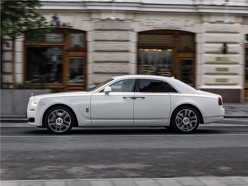 Rolls-Royce Ghost 2015 вид сбоку