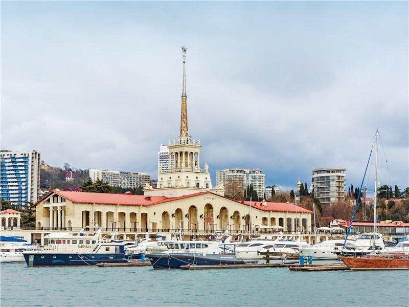 Старый морской порт Сочи уже не используется как транспортный узел. Но туристов по-прежнему привлекает